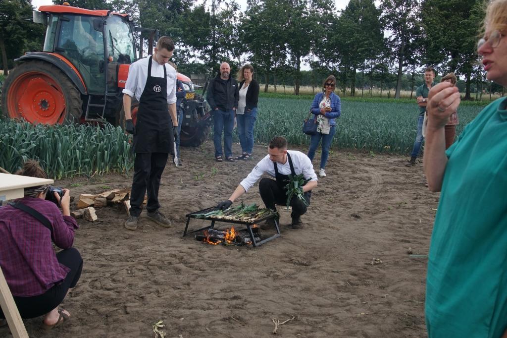 Het blakeren van de prei. Foto: Frank Vinkenvleugel  © Achterhoek Nieuws b.v.