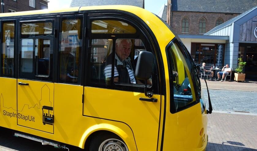 De gele stap-in-stap-uit busjes mogen voorlopig vanwege de Wegenverkeerswet niet de weg op. Foto: Alize Hillebrink
