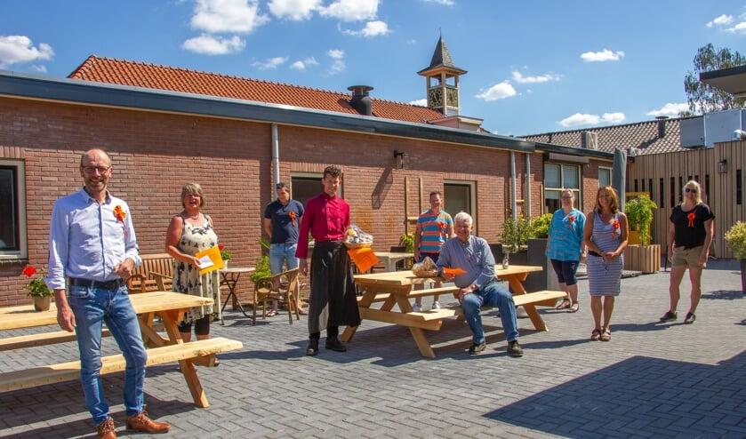 Bestuursleden van Stichting Oranjefeesten Toldijk, penningmeester Nieuw Leven Annet Voorburg en Jurgen en Johan Wunderink. Foto: Liesbeth Spaansen