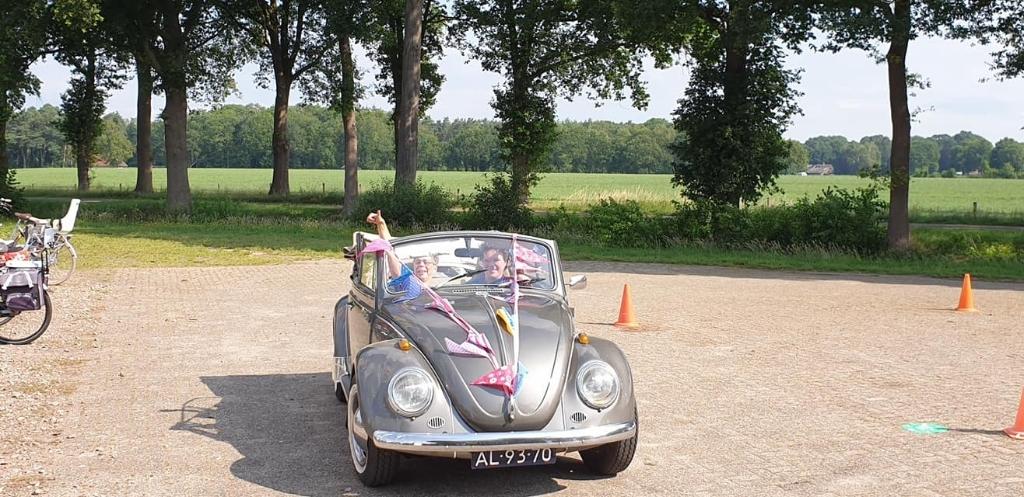 Rianne werd in stijl opgehaald met een versierde cabrio. Foto: PR  © Achterhoek Nieuws b.v.