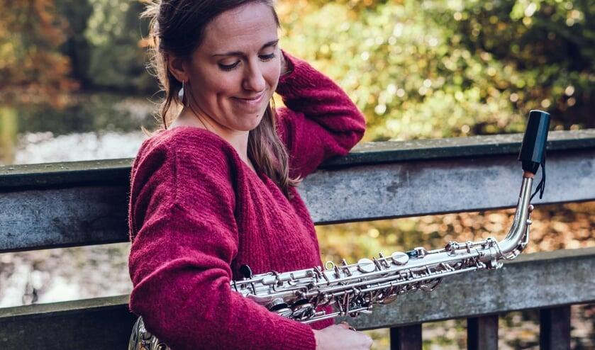 De Oostenrijkse Iris Guber speelt op saxofoon in de Walburgiskerk. Foto: PR