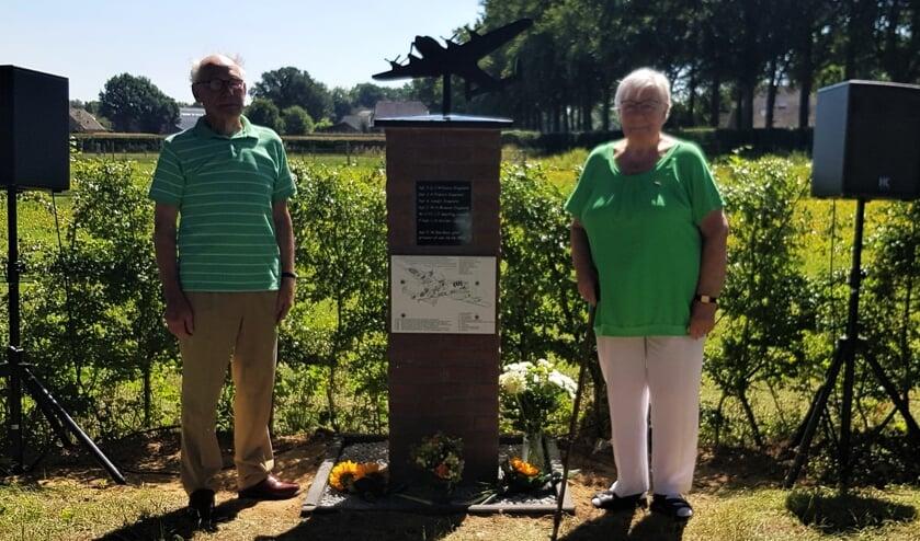Antoon Hissink en Gerda Romeijn-Harenberg bij het door hen onthulde gedenkmonument. Foto: Alice Rouwhorst