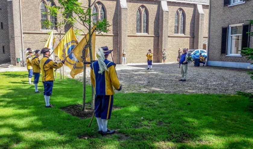 Vaandelhulde voor jubilerende pastoor Scheve voor de kerk in Keijenborg. Foto: St. Jan Keijenborg