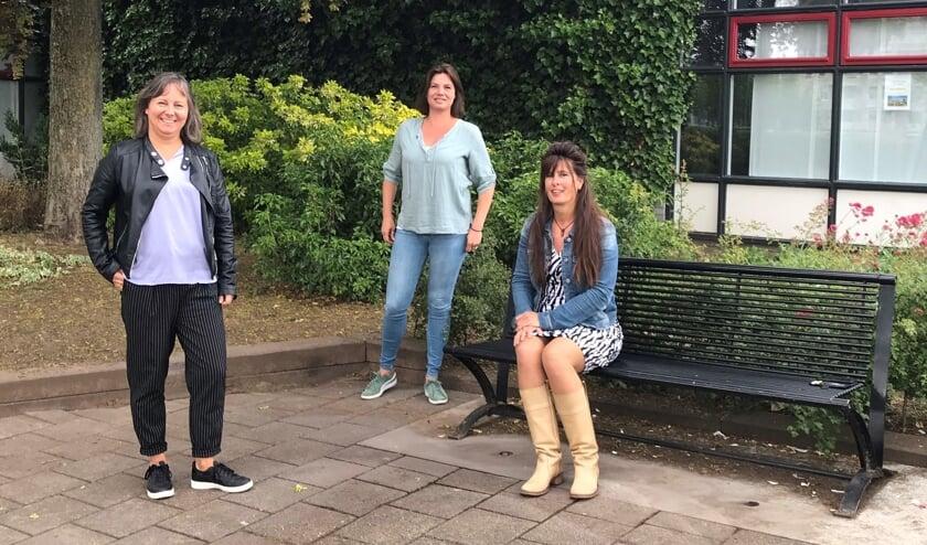 Cecile Elissen (links), Judith Arts en op de bank Greet Zweers. Zij is sociaal beheerder van centrum De Uitwijk in de Zuidwijken en treedt ter bevordering van kortere lijntjes tussen burgers en sociaal- en welzijnswerk per 1 juli toe tot het sociaal wijkteam. Eigen foto