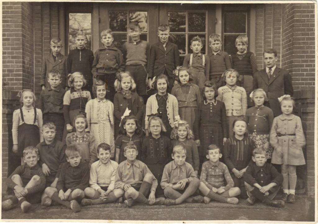 Leerlingen van School met de Bijbel eind jaren veertig van de vorige eeuw. Foto: Historische Vereniging Oud Vorden.  © Achterhoek Nieuws b.v.