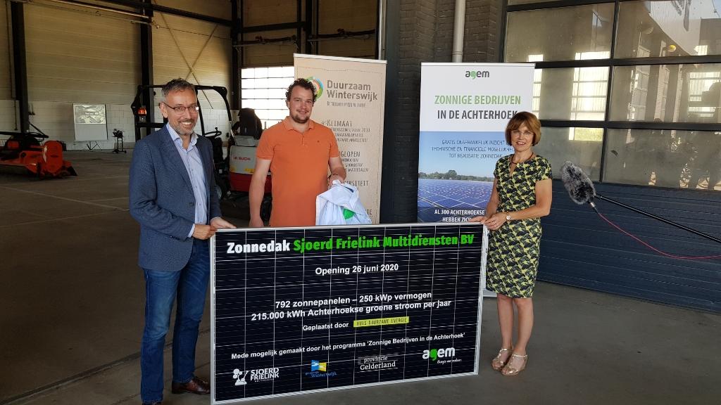 Jan van der Meer (links), Sjoerd Frielink en Tineke Zomer onthullen een informatief zonnepaneel. Foto: Han van de Laar  © Achterhoek Nieuws b.v.