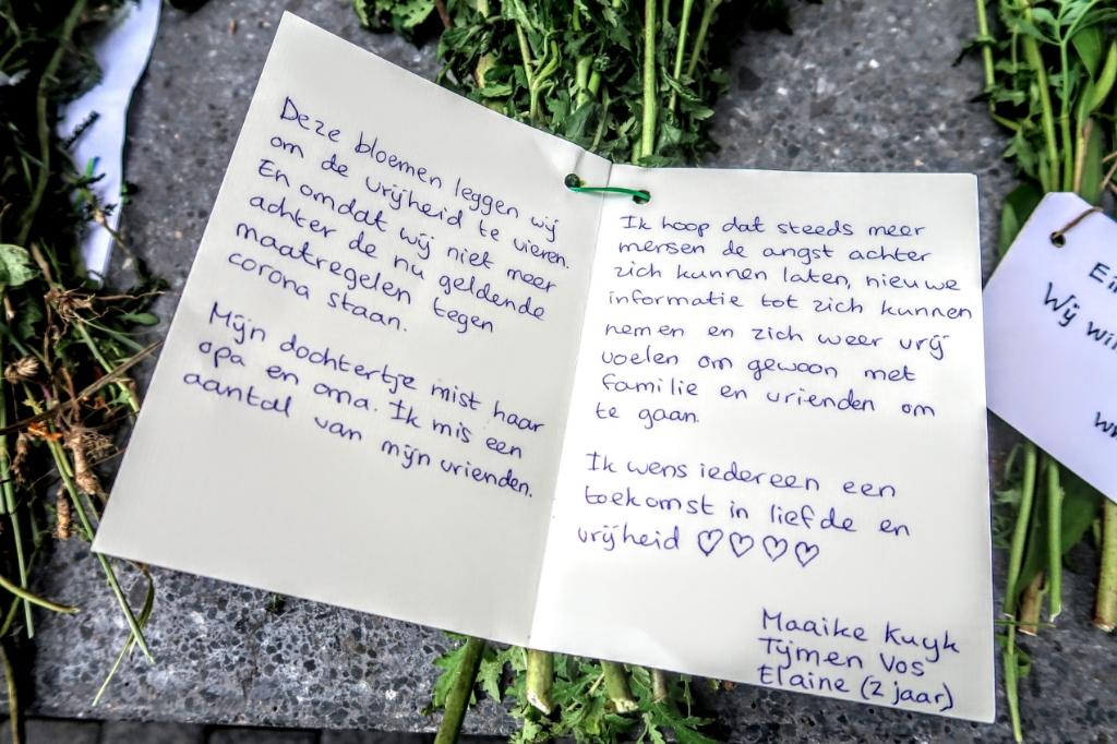Bloemen met kaartjes bij het gemeentehuis in Hengelo. Foto: Luuk Stam  © Achterhoek Nieuws b.v.