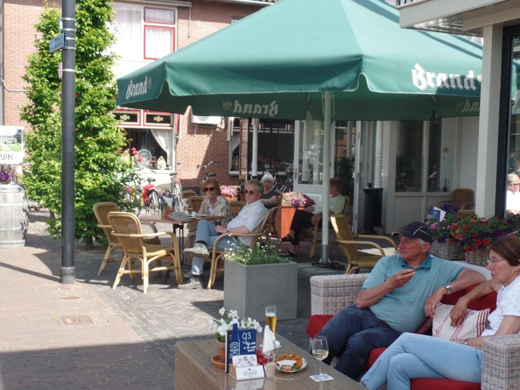 Lekker genieten van al die passanten op het terras bij Hotel Bakker. Foto: Jan Hendriksen  © Achterhoek Nieuws b.v.