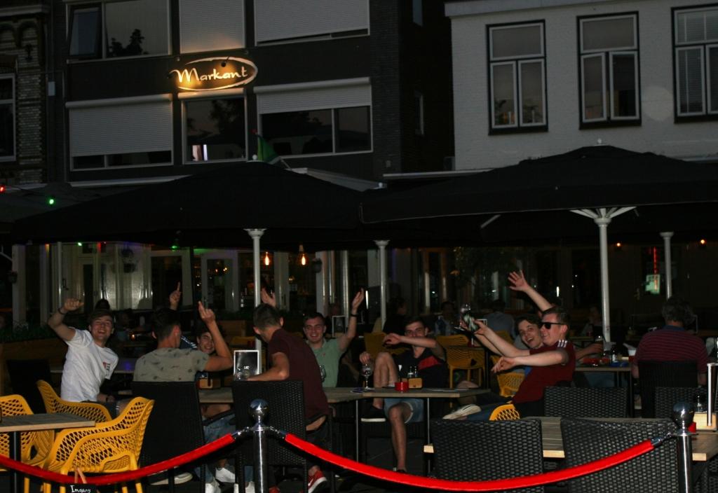 Vriendenclub blij met eindelijk weer een avondje terras. Foto: Dinès Quist Dinès Quist © Achterhoek Nieuws b.v.