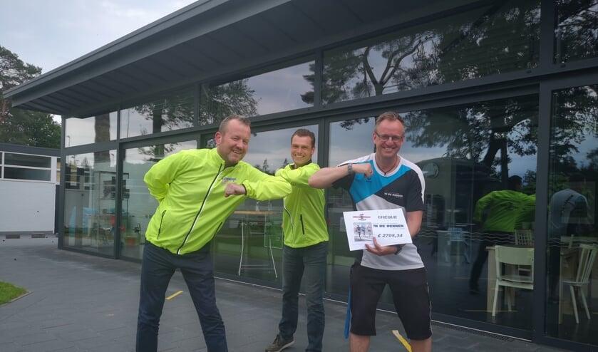 Van links naar rechts, Wilbert Menkveld, Oscar Bleumink en bedrijfsleider Frank Loda met cheque. Foto: Marion van Beelen