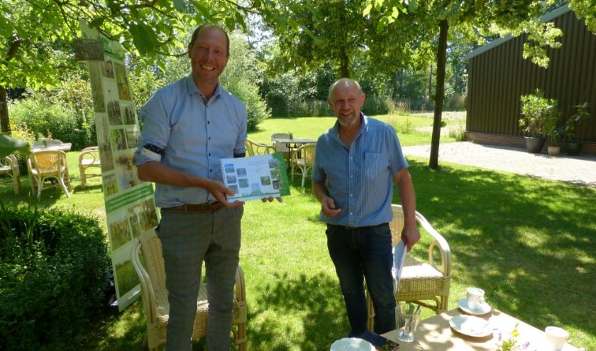 Wethouder Ted Kok heeft uit handen van Gerard te Hennepe het jaarverslag van de SAAP ontvangen. Foto: Bernhard Harfsterkamp