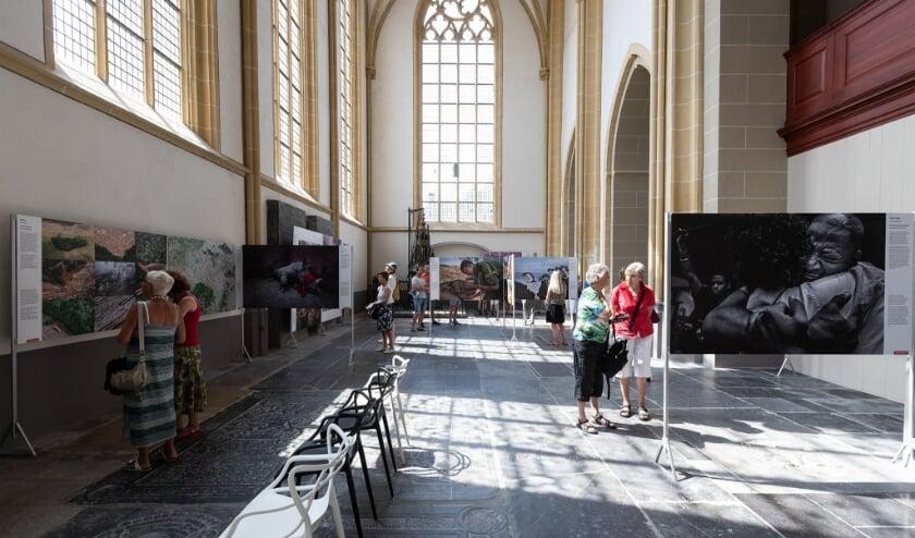 Bezoekers tijdens de tentoonstelling World Press Photo in de Walburgiskerk te Zutphen. Foto: Patrick van Gemert/Zutphens Persbureau