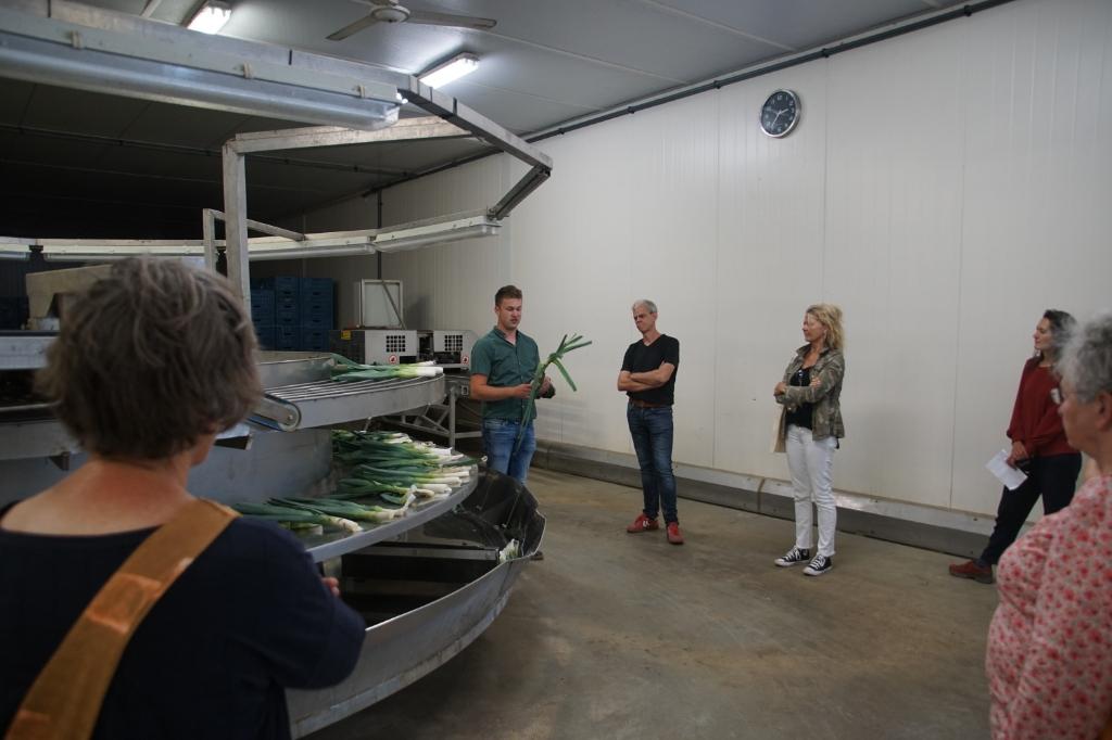 Edwin Smits legt uit hoe de prei wordt verwerkt. Foto: Frank Vinkenvleugel  © Achterhoek Nieuws b.v.