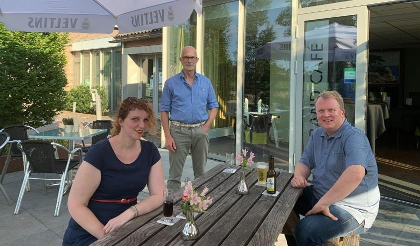 De fractie van de Progressieve Partij (v.l.n.r. Esther Diepenbroek, Bert Weevers, Guido Uland) heet iedereen welkom op het terras van Kulturhus Lintelo. Foto: PR