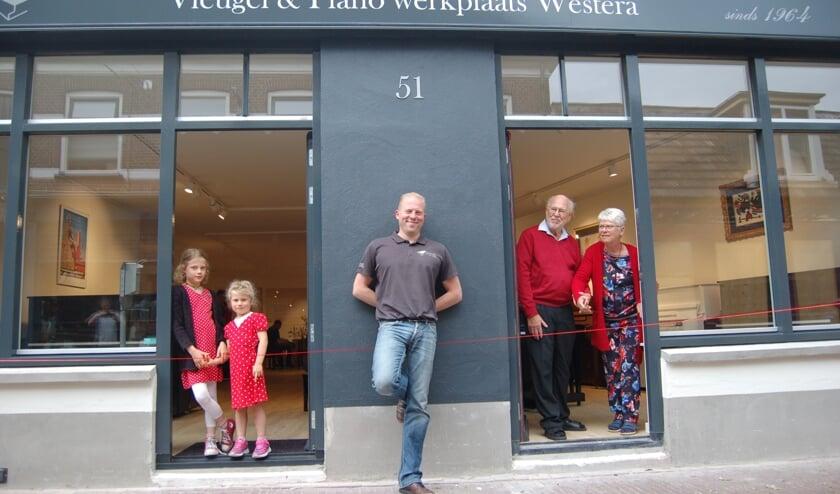 Peter en Herna Westera openden samen met hun kleindochters Emma en Elaine de winkel. Midden Robbert Westera. Foto: PR