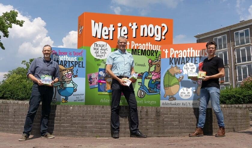 John Post, Gerhard Weevers en Derk-Jan Rouwenhorst met het nieuwe Praothuus-kaartspel. Foto: PR