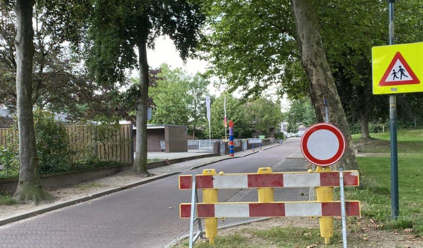 Bij basisschool 't Carillon is een tijdelijke verkeersmaatregel van kracht. De school mag zelf, tijdens haal- en brengmomenten, de straat afsluiten voor verkeer.