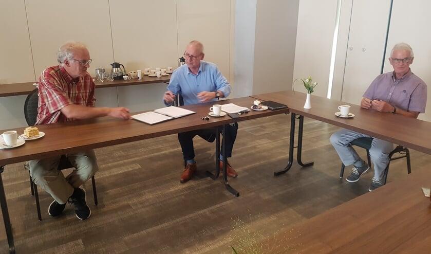 De overeenkomst wordt getekend. Vlnr Gerard Kamp van de Vincentiusvereniging, wethouder Jos Hoenderboom, Hans Tops van De Mattelier. Foto: Kyra Broshuis