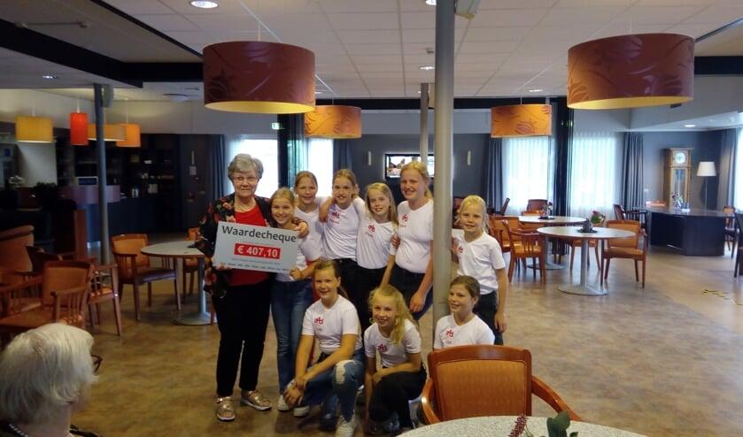 Oma Steentjes met kleindochter. Bibi Steentjes en haar vriendinnenclub overhandigen de cheque aan Antoniushove. Foto: Dinès Quist