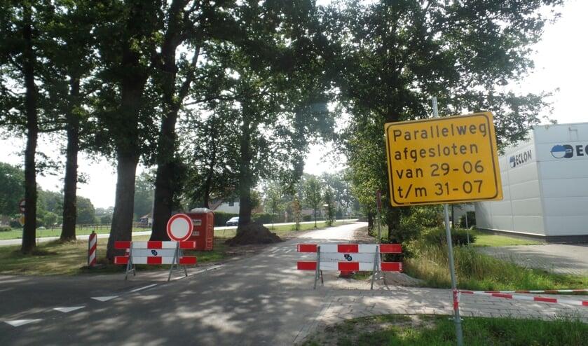 Het asfalt van de parallelweg was er zeer slecht aan toe en de bermen waren kapotgereden. De provincie Gelderland heeft daarom niet alleen voor een nieuw wegdek gezorgd maar worden de bermen van die parallelweg voorzien van grasbetonblokken. Foto: Jan Hendriksen.