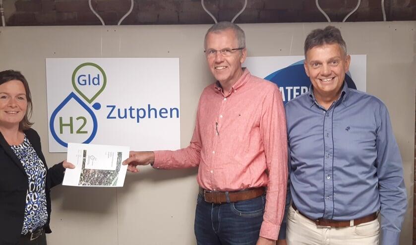 Liane van der Veen van Oost NL overhandigt de cheque aan Jan Fikken (m) en Paul Bombeld van GldH2. Foto: PR