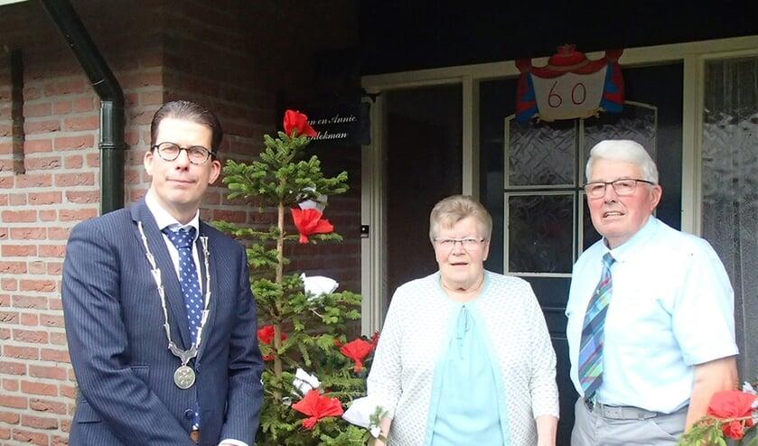 Het diamanten echtpaar Klokman kreeg vorige week als één van de eerste Berkellanders weer een persoonlijk felicitatiebezoek van burgemeester Joost van Oostrum. Foto: Anne-Marie ter Maat.