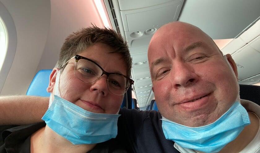 Hanneke en Michel Jeursen-Brunsveld in het vliegtuig onderweg naar Curaçao. Foto: eigen foto