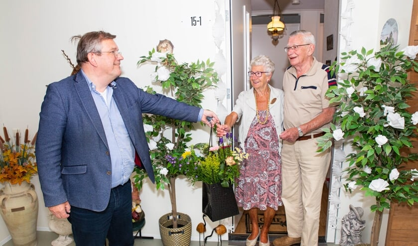 Wethouder Joop Wikkkerink overhandigt het diamanten paar bloemen namens de gemeente. Foto: Wendy Vossers - Skuld Photography