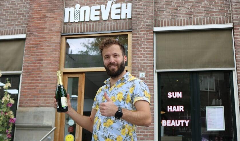 Samir Butros kan binnenkort de fles openen zodra de prijs is ontvangen. Foto: Arjen Dieperink