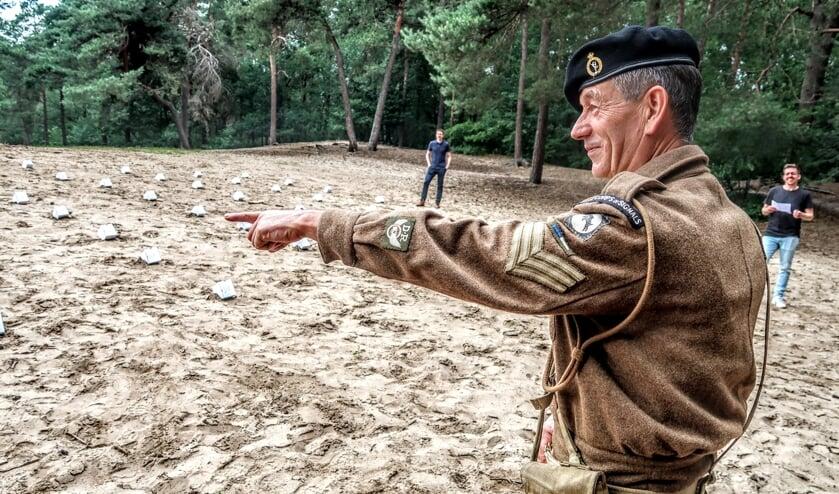 Gerrit Bruggink – gekleed in het uniform van het Britse Royal Corps of Signals – legt uit waar volgens hem de bommen zijn verstopt. Foto: Luuk Stam