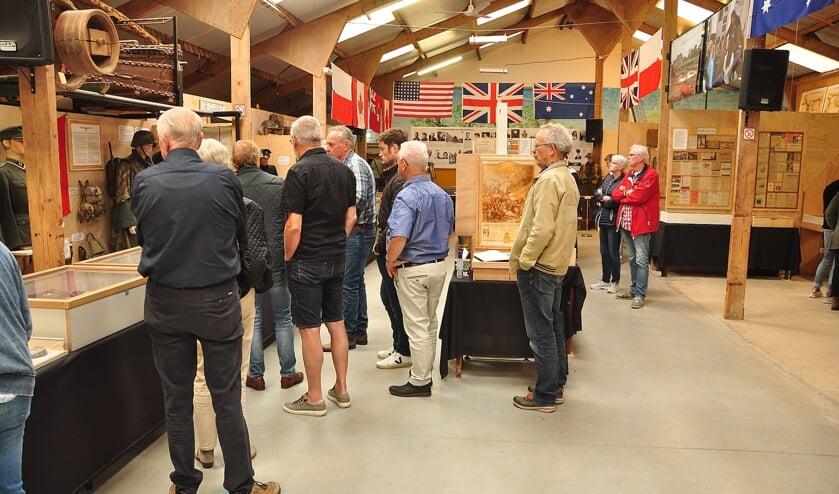 Veel belangstelling voor de expositie 'Zelhem - 75 jaar vrijheid'. Foto: Jan Wolsink