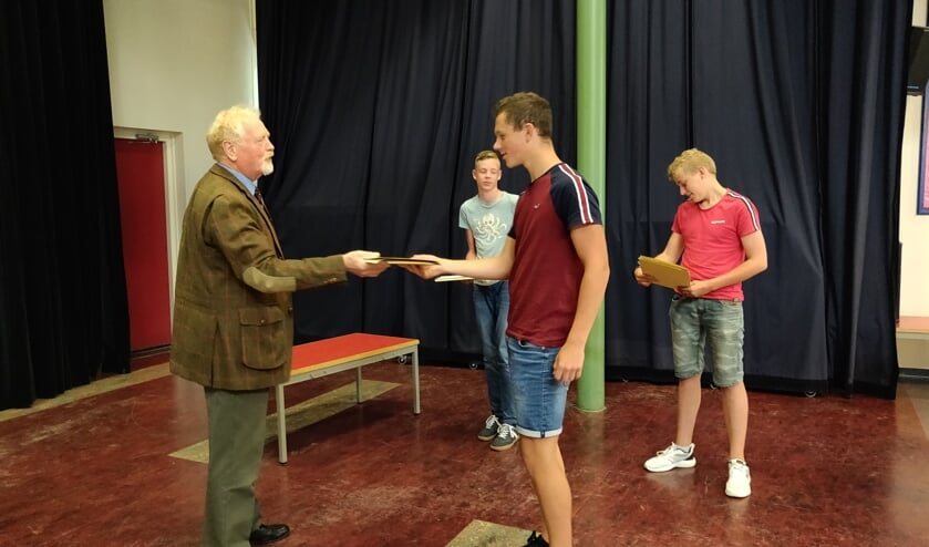 Jacobus Trijsburg reikte de certificaten uit. Foto: Rob Stevens