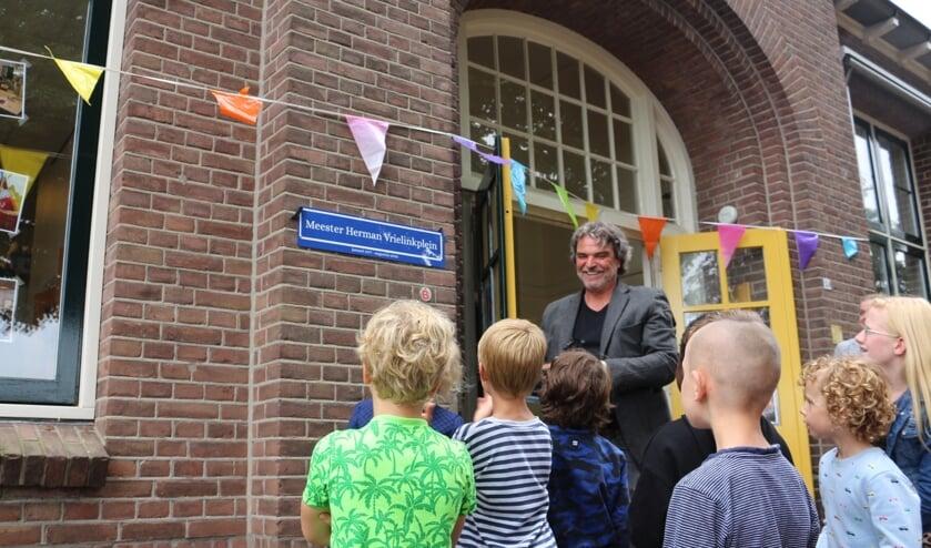 Het schoolplein van de basisschool in Bekveld heet sinds donderdag het Meester Herman Vrielinkplein, vernoemd naar de man die hier 43 jaar werkzaam was. Foto: PR