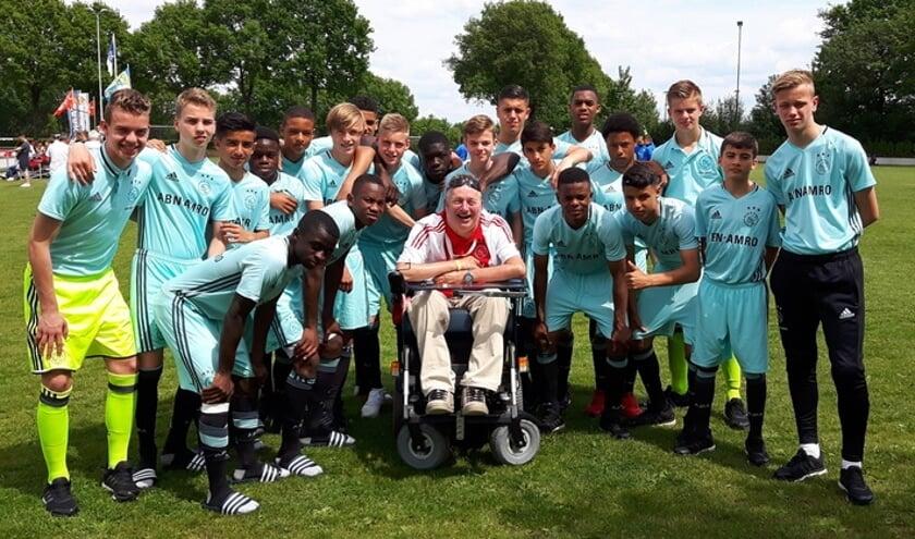 Frank temidden van de Ajax jeugdselectie tijdens het Marveldtoernooi 2019