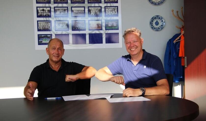 Hoofdtrainer Wilco Klop en voorzitter Jeroen Bloemenkamp van Be Quick met de inmiddels welbekende 'elleboog'. Foto: Chris Vosmeijer