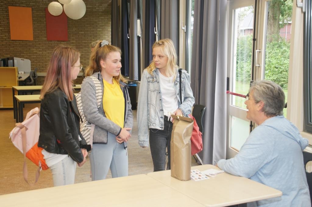 Resie in gesprek met enkele leerlingen. Foto: Frank Vinkenvleugel  © Achterhoek Nieuws b.v.