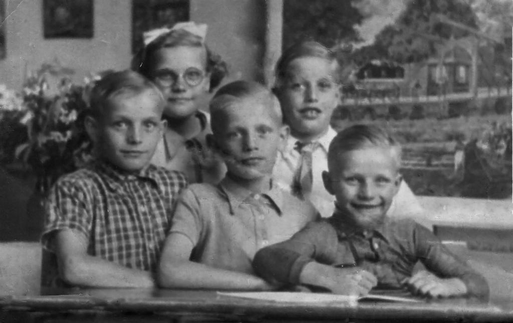 Foto van Henk Terink (10 jaar, midden) met zijn broers en zus, circa 1943, Privéarchief.  © Achterhoek Nieuws b.v.