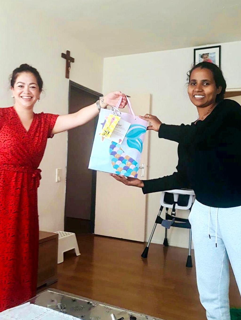 Vera Schakel, coordinator Home Start overhandigt een verrassingspakketje aan deelnemende gezinnen. Foto: Yunio Communciatie