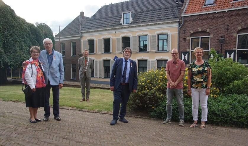 Van links af vooraan de gedecoreerden Gerda en Dirk ter Maat Herman Onnink en Bert Klijn Hesselink, op de achtergrond burgemeester Anton Stapelkamp. Foto: Frank Vinkenvleugel