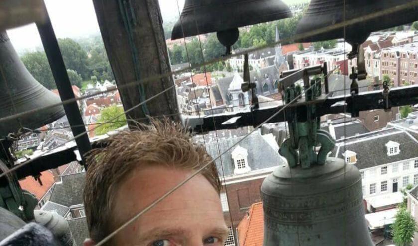 Beiaardier Bauke Reitsma, hier in de St. Laurenstoren in Weesp, geeft eerste Wijnhuisconcert. Foto: PR