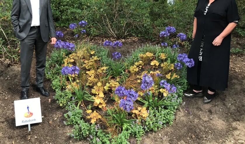 Het bloemenhart werd op veilige afstand 'overhandigd'.  Foto: PR