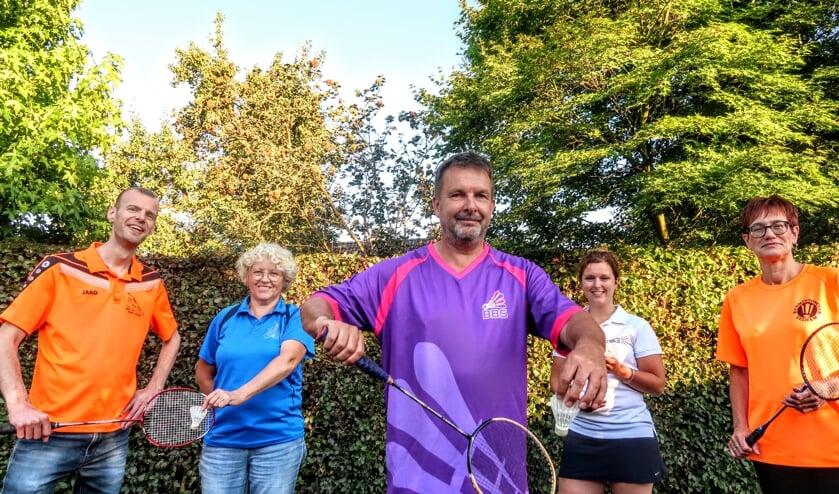 Hans Zweverink (midden) toont het shirt van de nieuwe badmintonvereniging Bronckhorst Badmintont Samen (BBS). Hij wordt geflankeerd door v.l.n.r. Peter Annevelink (Flash Vorden), Sylvia Breukink (BCS Steenderen), Nienke Onstenk (HBC Hengelo) en Elly Hof (BC Zelhem). Foto: Luuk Stam