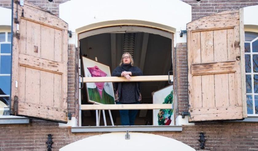 Kunstenaar Edith Meijering in haar atelier aan de Kolenstraat 27.