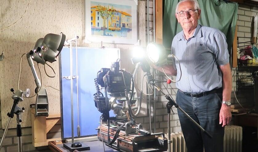 Henk Bieleveld, in zijn hobbyruimte bij de tafel 3D macrofotografie. Foto: Theo Huijskes