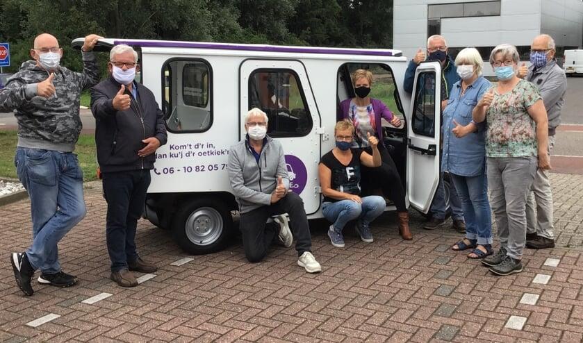 De vrijwilligers van de electrocar dragen allemaal een mondkapje tijdens de rit, net als de passagiers. Foto: PR