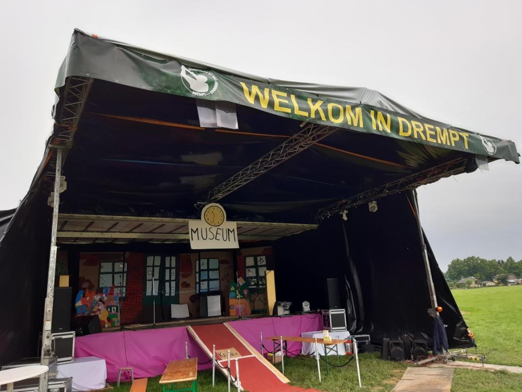 Met twee opleggers werd  het podium gebouwd voor de musical van groep 8. Foto: Ceciel Bremer  © Achterhoek Nieuws b.v.