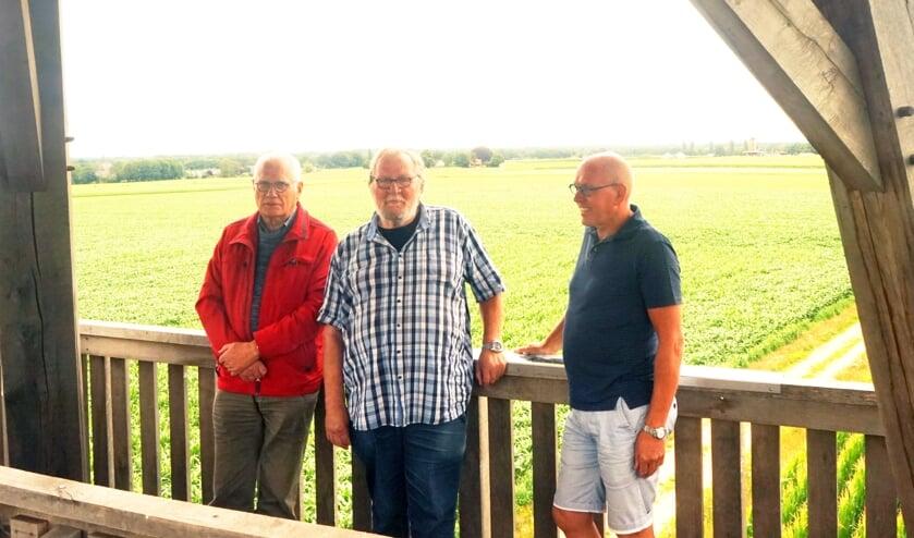 Vertegenwoordigers van de Canon Neede: (vlnr) Mans Koster (VVV), Rens van der Heijden (HKN) en Inus Westhoff (GRN) op de uitkijktoren van Neede. Foto: Henk Bolster
