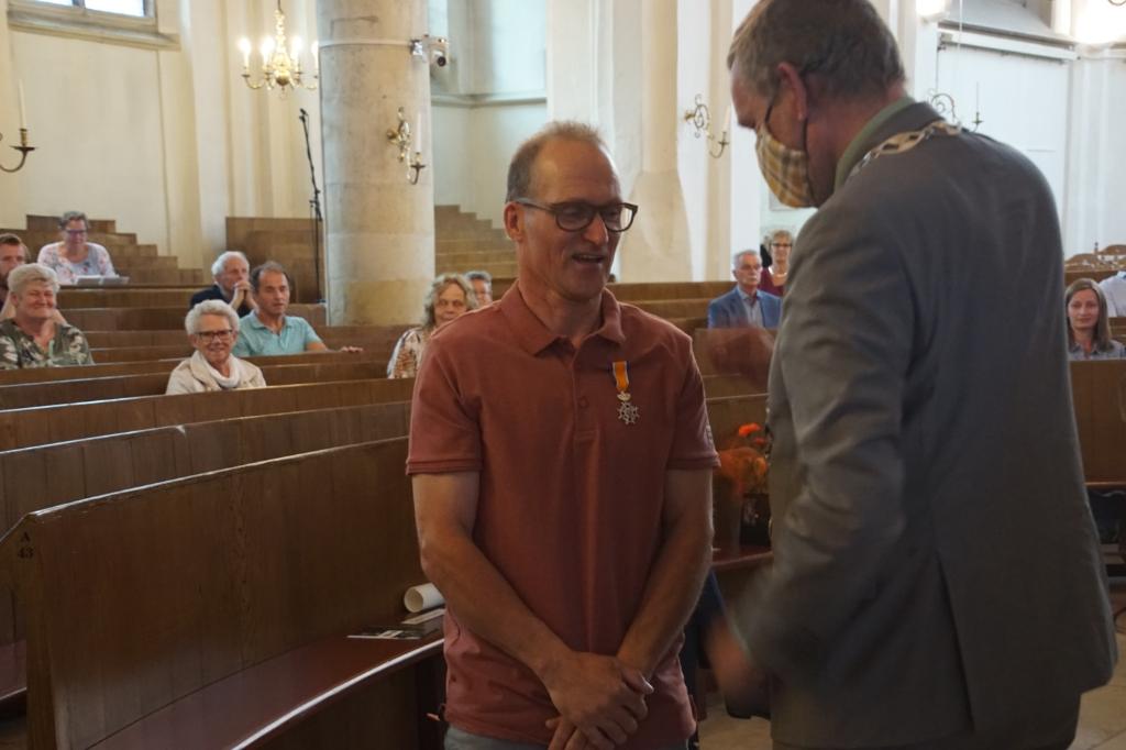 Bert Klijn Hesselink met zijn juist ontvangen onderscheiding. Foto: Frank Vinkenvleugel  © Achterhoek Nieuws b.v.