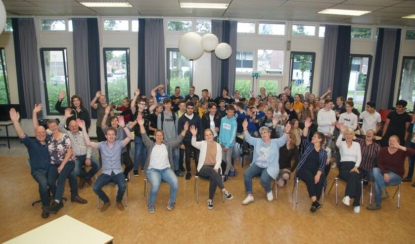 De leerlingen en de collega's zwaaien Resie Overgoor-Rexwinkel (midden, met lichtblauw vest) uit. Foto: Frank Vinkenvleugel
