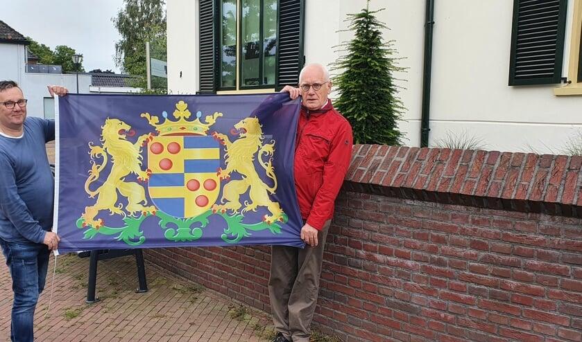 Mans Koster en Herbert Leussenkamp met het Wapen van Neede. Foto: Rob Weeber